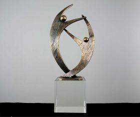 """Pokal mit Metallskulptur """"Together"""" auf Kristallglassockel"""