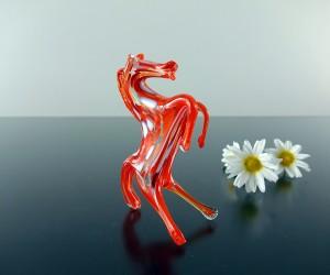 rotes Glaspferd