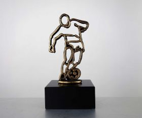 Pokal mit Metallfigur Fußballer