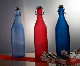 Farbige Flasche mit Bügelverschluss