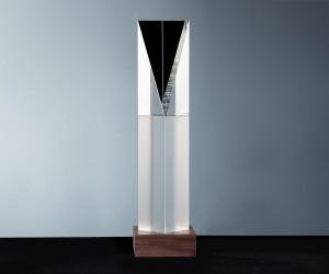 Moderne Trophäe aus Kristallglas und Nussbaum