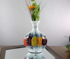 Schmale Vase mit Herbstblättern