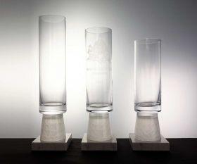 Zylindische Pokale mit Marmorsockel