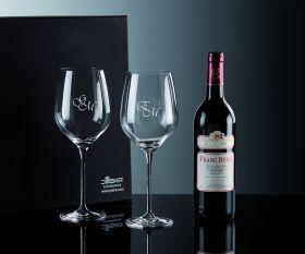 Wein und zwei Gläser im Geschnkkarton