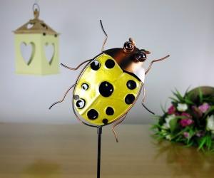 Gelber Käfer Gartenstab