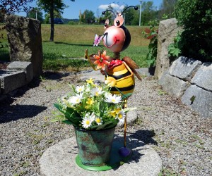 Biene aus Metall mit Pflanztopf