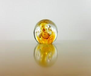 Kleiner gelber Briefbeschwerer aus Glas