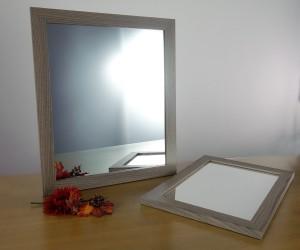 Spiegel mit dunklem Holzrahmen
