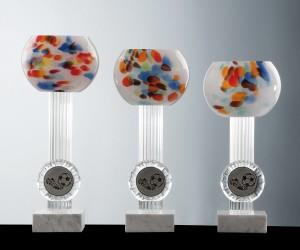 Farbglasschale weiß auf Marmorsockel