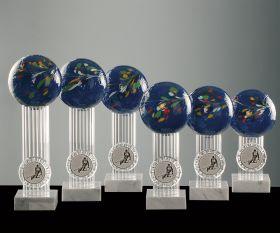 Farbglaskugel blau auf Marmorsockel