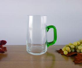 Weinglas mit grünem Henkel