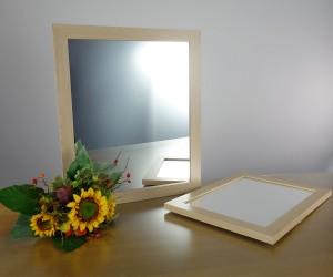 Spiegel mit hellem Holzrahmen
