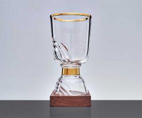 Exklusiver Pokal mit Goldrand und Holzsockel