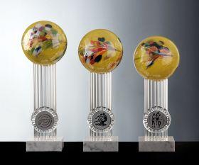 Pokal mit gelber Farbglaskugel und Marmorsockel