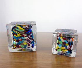 Massiver Pflasterstein in bunt aus gegossenem Glas