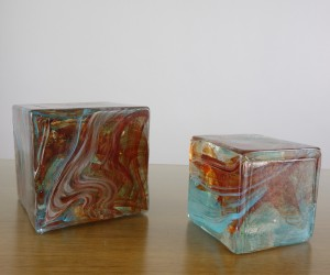 Massiver Glas-Pflasterstein in türkis-braun