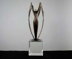 """Pokal mit Metallskulptur """"Team"""" auf Kristallglassockel"""