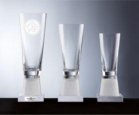 konische Pokale mit Marmorsockel
