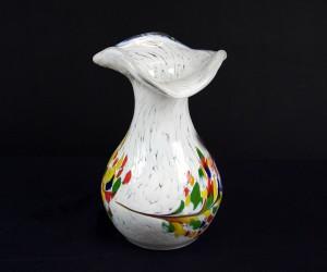 Weiße Vase mit Wellenrand