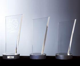 Glaspokal mit Sockel in Metalloptik