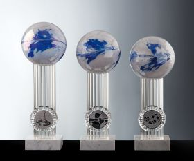 Pokal mit Marmorsockel und Farbkugel in weiß-blau