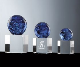 Kristallkugel blau auf Kristallsockel