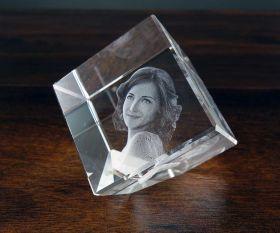 3D-Glasfoto im Würfel mit Spitze