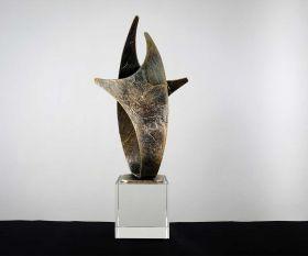 Pokal mit Metallskulptur auf Kristallglassockel
