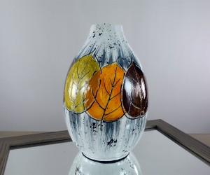 Vase mit Blättern