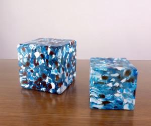 Pflasterstein aus Glas in hellblau-weiß