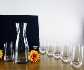 Wasserkaraffe und Gläser im Set