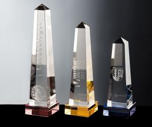 Obelisk aus Kristallglas auf Prismensockel farbig